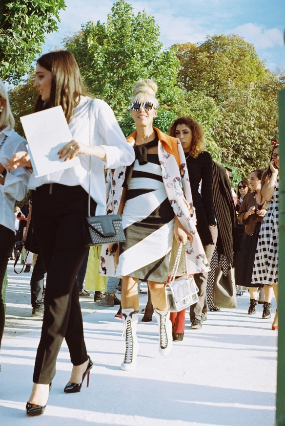 Black&White_Lady_Blond_Paris_Fashion_Week_Crazy_Sunglasses