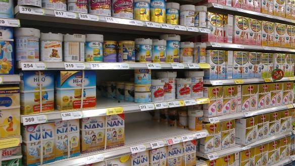 Бебешките щандове в местните супермаркети предлагат разнообразие от стоки