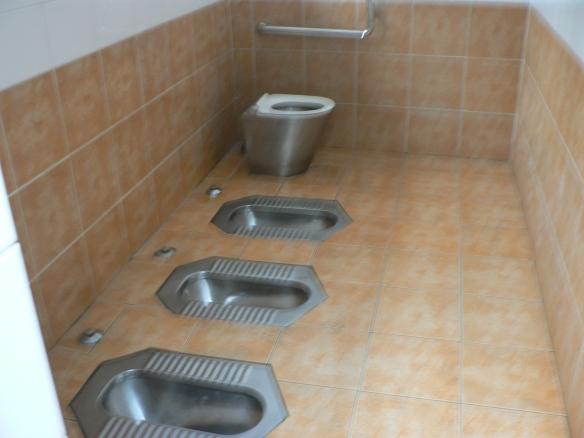 Обществена тоалетна на улица в Пекин, Китай